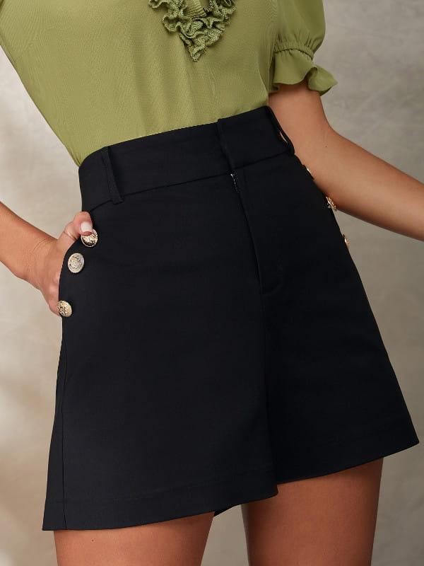 Look com short social: modelo vestindo um short preto alfaiataria.