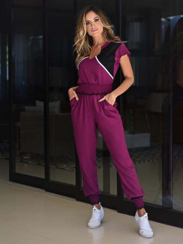 Look comfy: modelo usando um conjunto calça jogger de viscose e blusa combinando.