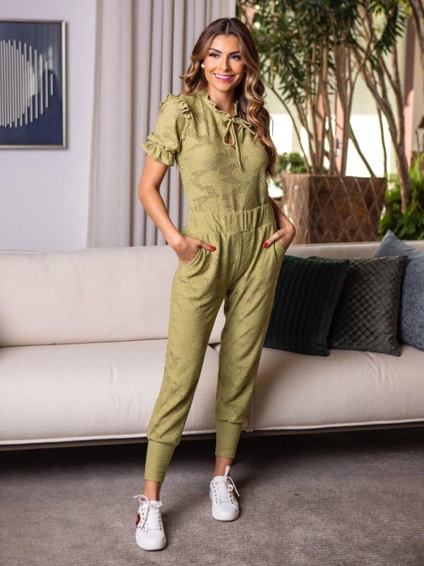 Look comfy: modelo vestindo uma calça jogger feminina laise e blusa combinando.