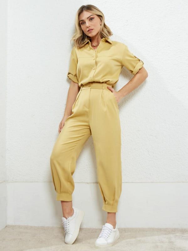Look comfy: a tendência que veio para ficar: modelo vestindo bermuda de viscose com blusa de crepe verdes.