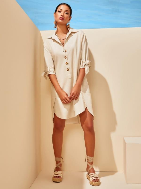 Look comfy: modelo usando um vestido confortável de linho.