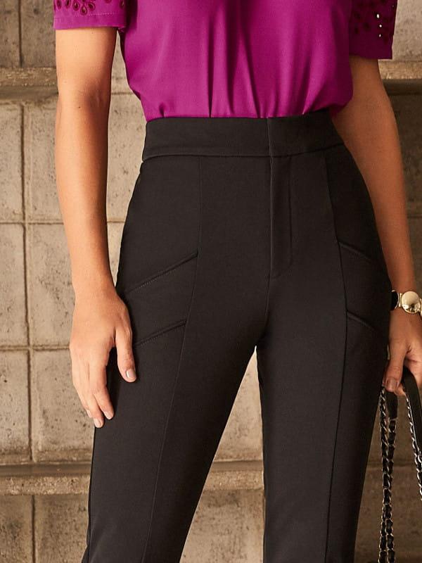 Look social feminino: modelo vestindo uma calça skinny preta com zíper na barra.