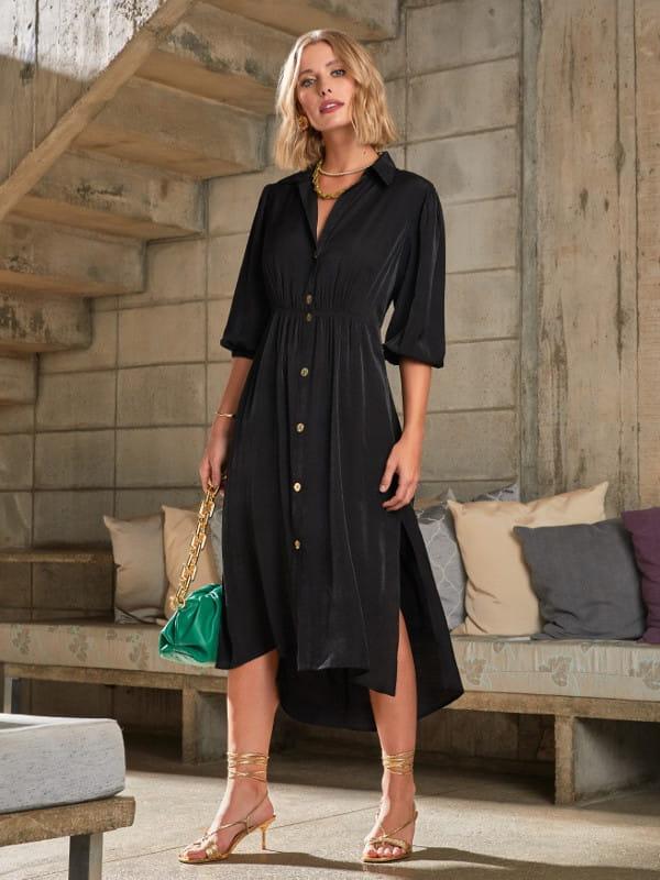 Look social feminino: modelo vestindo um vestido preto de viscose com botões na frente.