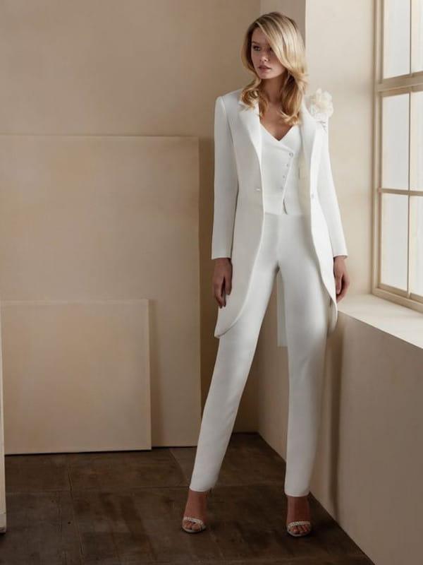 Looks com blazer branco feminino: modelo vestindo um look todo branco.