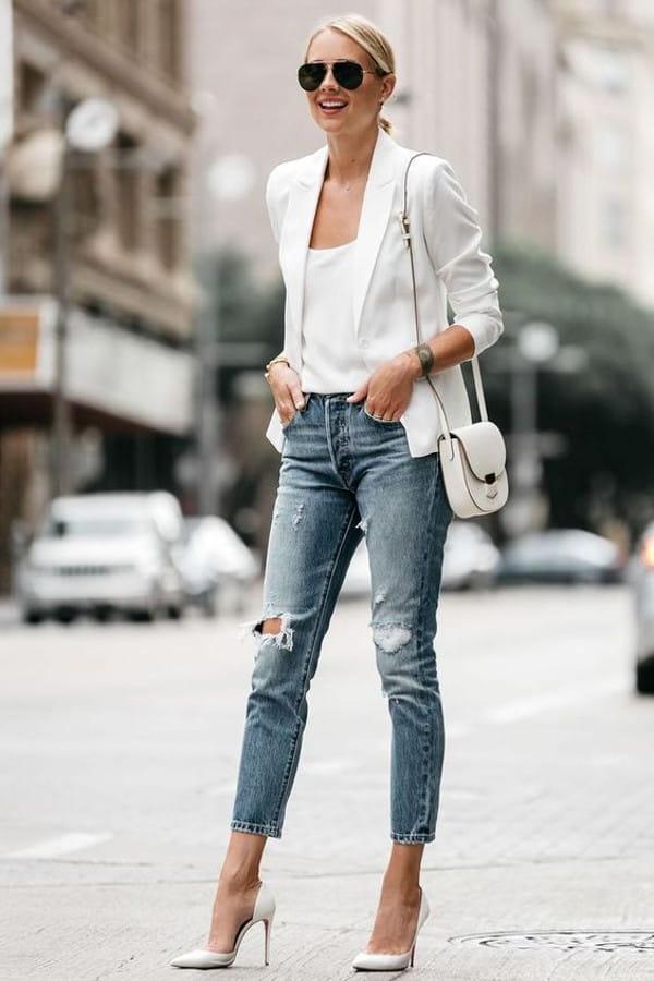 Looks com blazer branco feminino: modelo vestindo blazer com calça jeans estiletada.