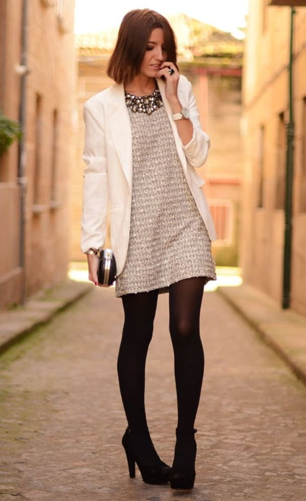 Looks com blazer branco feminino: mulher vestindo blazer e vestido.
