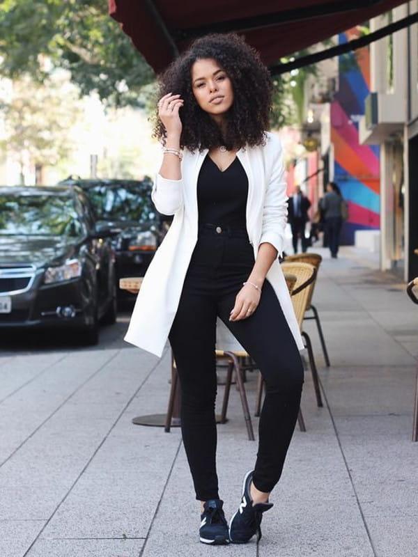 Looks com blazer branco feminino: contraste do blazer com roupas pretas.