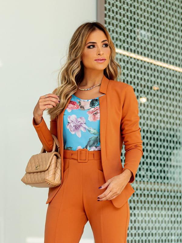Looks com blazer feminino: modelo usando um blazer caramelo.