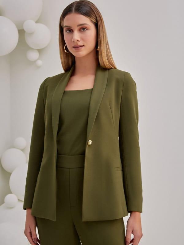 Looks com blazer feminino: modelo usando um conjunto Tailleur verde.