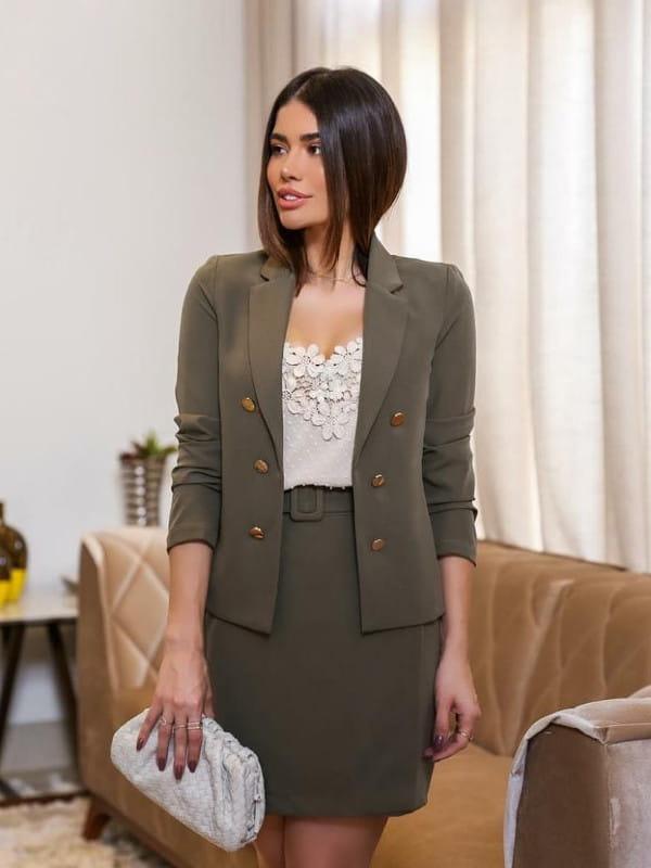 Looks com blazer feminino: modelo usando um blazer com blusa de renda.