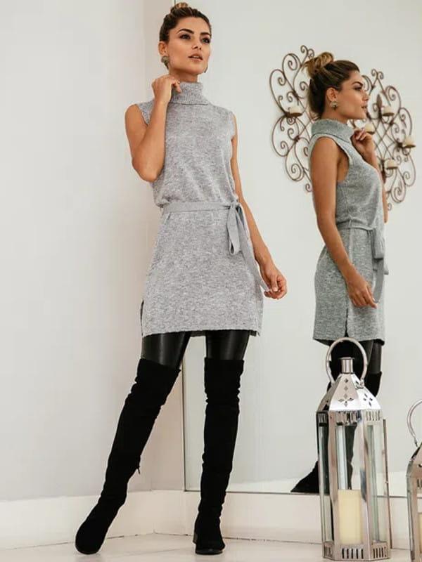 Looks com blusa de gola alta: modelo vestindo um vestido com cinto em tricot.