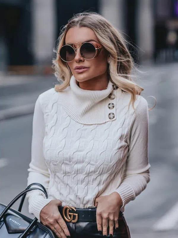 Looks com blusa de gola alta: mulher com as mãos na cintura.