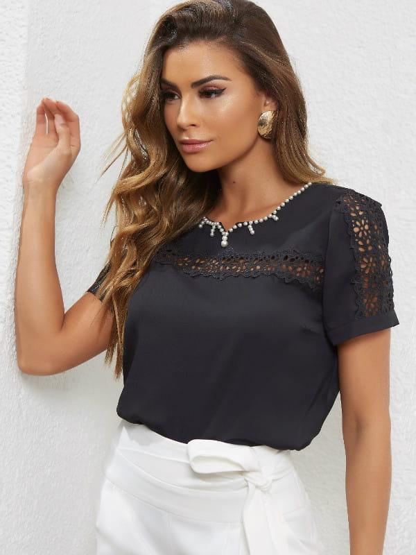 Looks com blusa de renda: modelo vestindo uma blusa de renda com manga curta.
