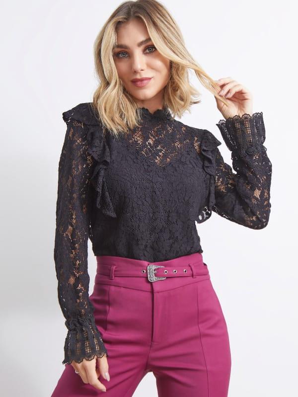 Looks com blusa de renda: modelo vestindo uma blusa de renda com manga longa.