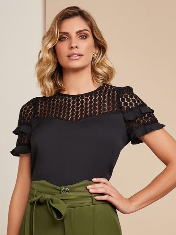 Looks com blusa de renda: modelo vestindo uma blusa de renda para ocasiões formais.