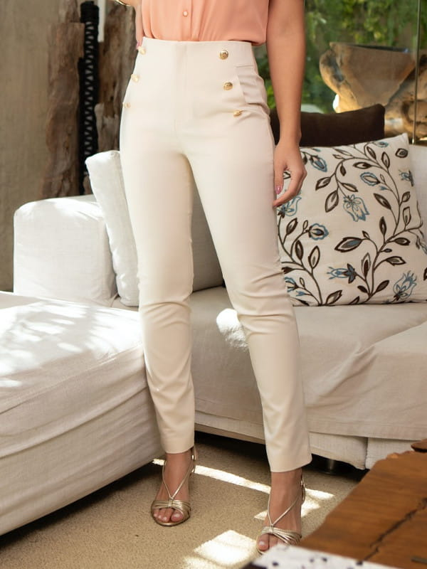 Looks com calça skinny: modelo vestindo uma calça laranja com 6 botões.