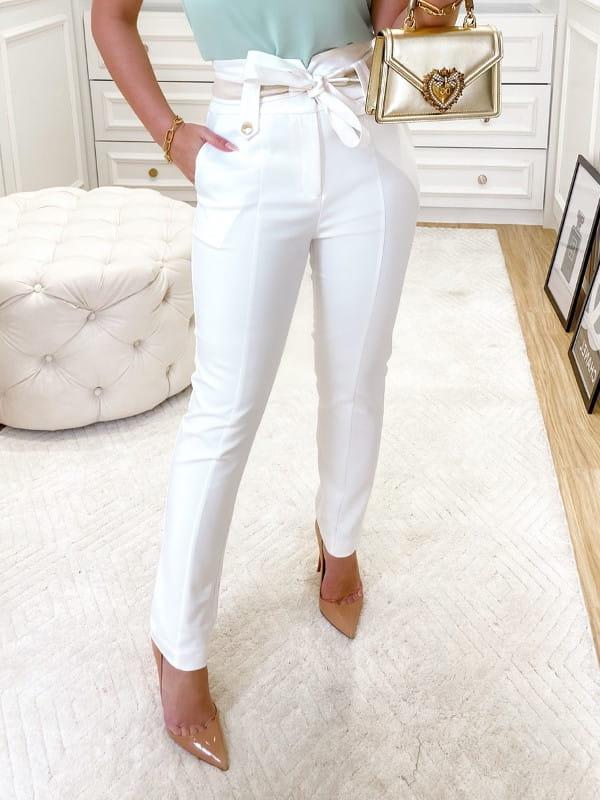 Looks com calça skinny: modelo vestindo uma calça off white.