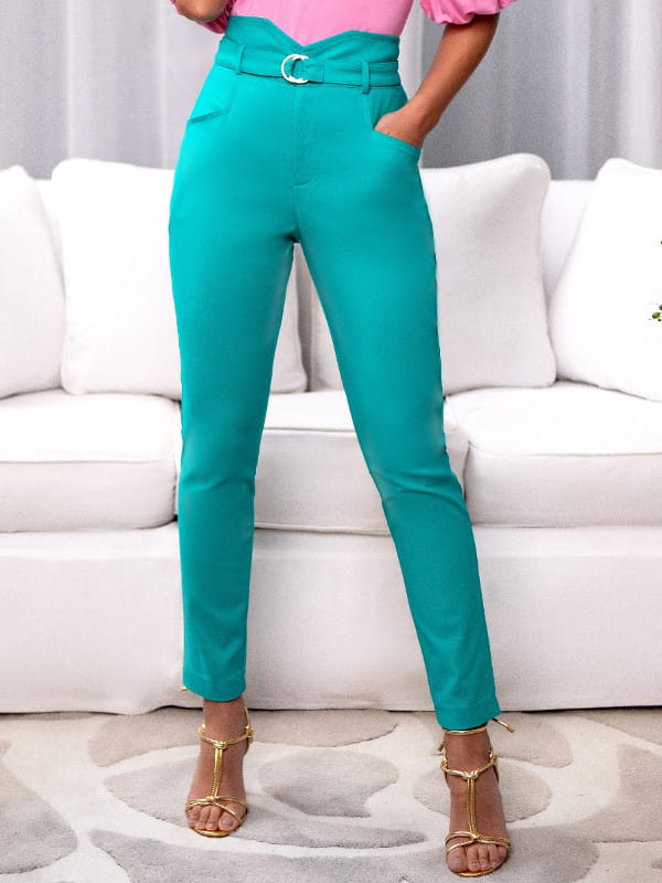 Looks com calça skinny: modelo vestindo uma calça verde com cinto.