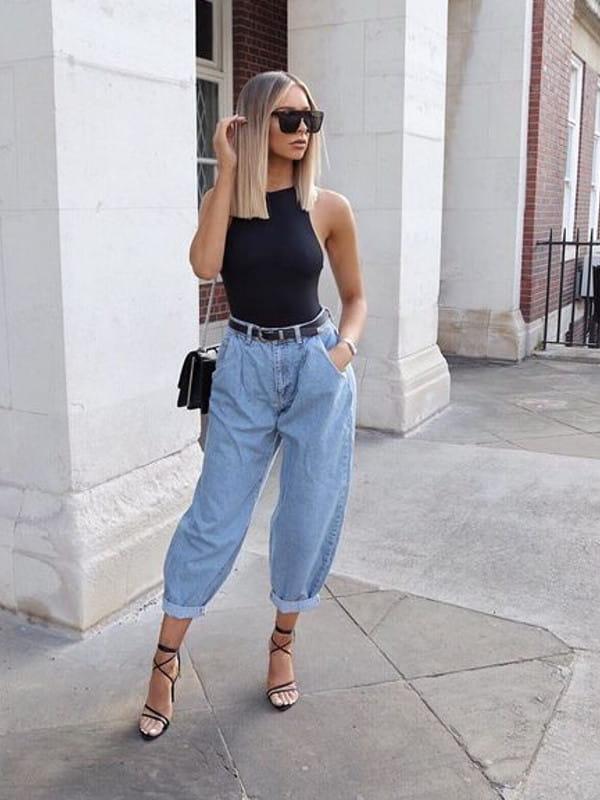 Looks com calça slouchy: modelo com uma calça slouchy e body preto.