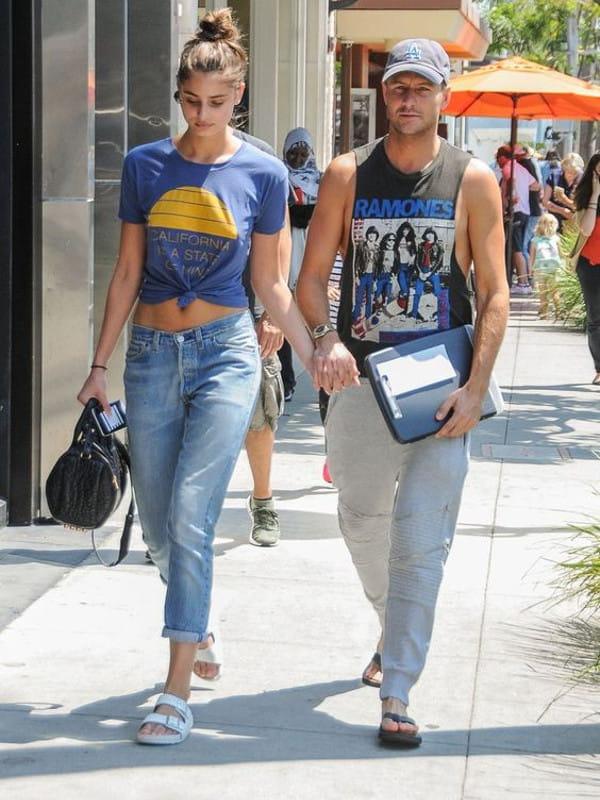 Looks com calça slouchy: modelo com uma calça slouchy e blusa cropped com seu namorado.