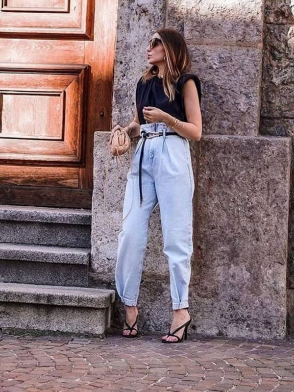 Looks com calça slouchy: modelo com uma calça slouchy e blusa muscle tee.
