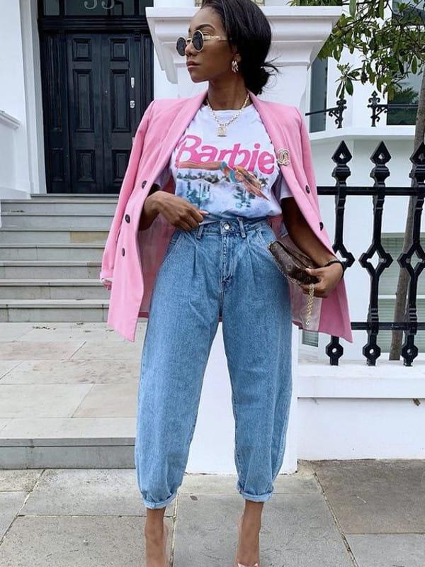 Looks com calça slouchy: modelo com uma calça slouchy e t-shirt estampada.