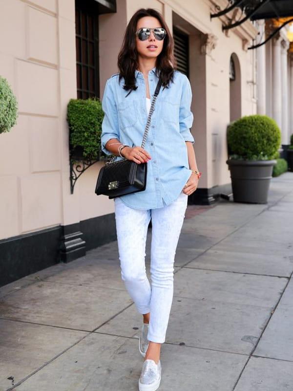 Looks com camisa jeans: mulher vestindo camisa jeans com uma calça legging.