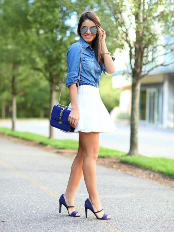Looks com camisa jeans: modelo vestindo om uma saia branca e camisa jeans.