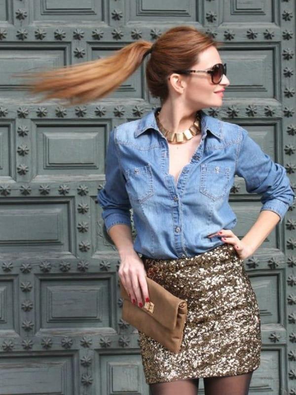 Looks com camisa jeans: modelo vestindo uma camisa jeans com saia paetê.