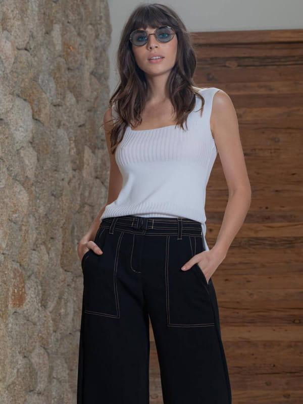 Looks com regata feminina: modelo vestindo uma regata com decote quadrado.