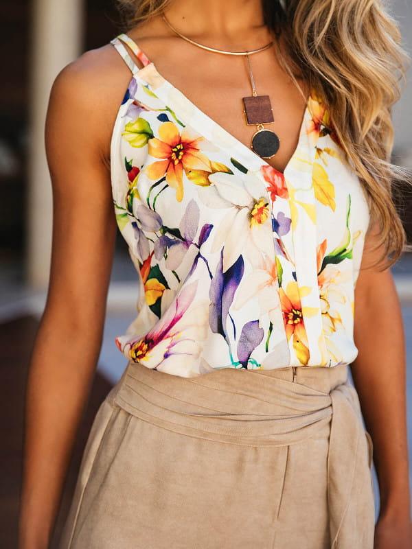 Modelo vestindo uma regata floral em um passeio a tarde.