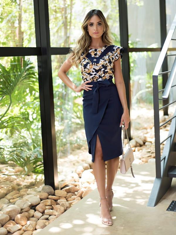 7 looks com saia no inverno: modelo usando uma saia midi.