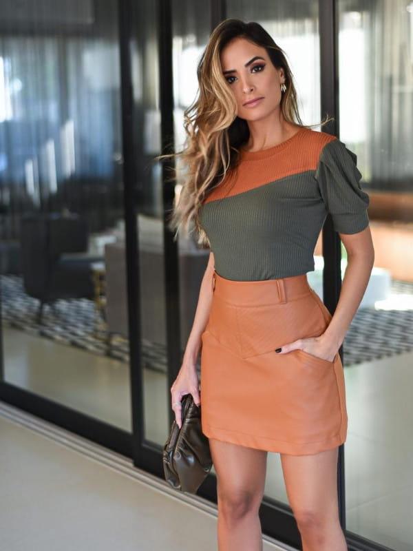 7 looks com saia no inverno: modelo usando uma mini saia.