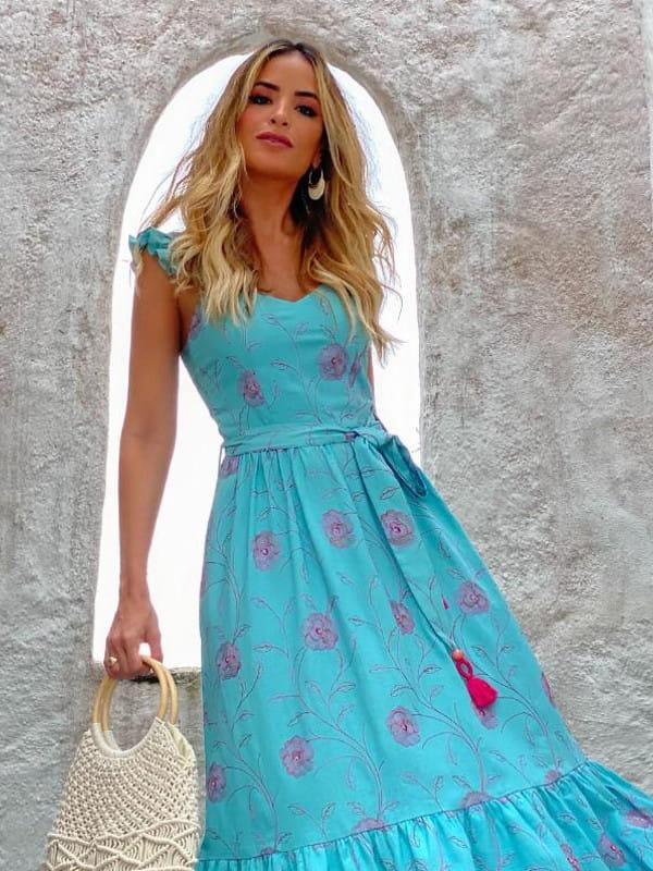 Looks com vestido midi: modelo vestindo vestido azul - detalhes.