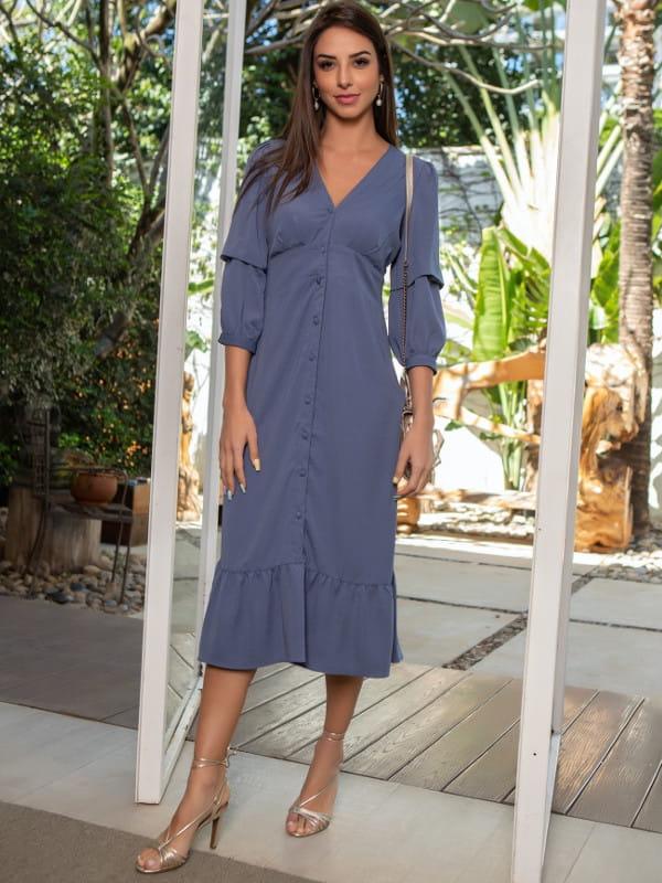 Looks com vestido midi: modelo vestindo vestido azul royal.