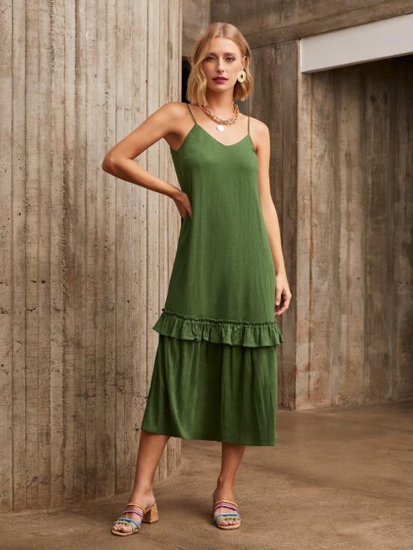 Looks com vestidos: modelo com um vestido frente única na cor verde.