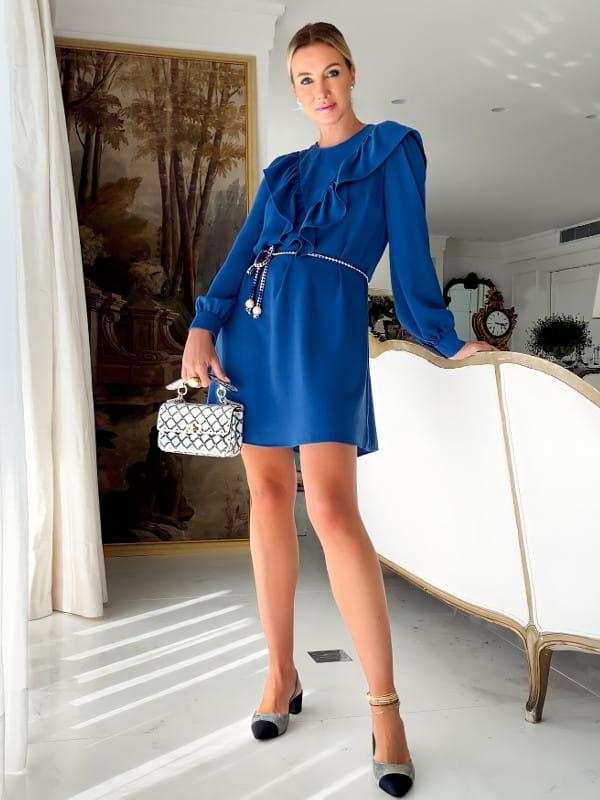 Looks com vestidos: modelo com um vestido estampado preto e branco.