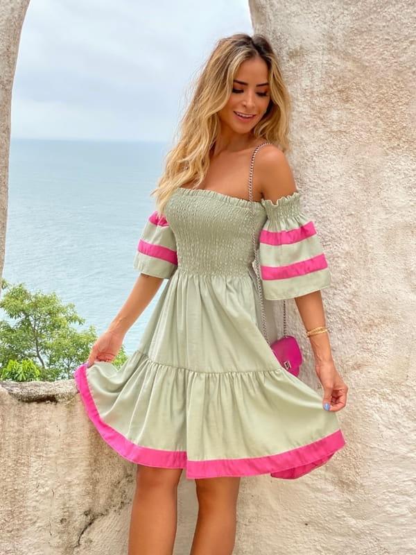 Looks com vestidos: modelo com um vestido estilo tomara que caia.