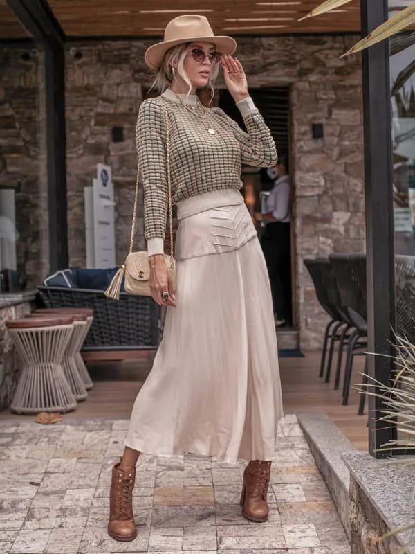 Looks de inverno para trabalhar: modelo vestindo uma blusa de tricot dropper bege.