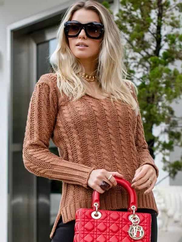 Looks de inverno para trabalhar: modelo vestindo um look com blusa de tricot.