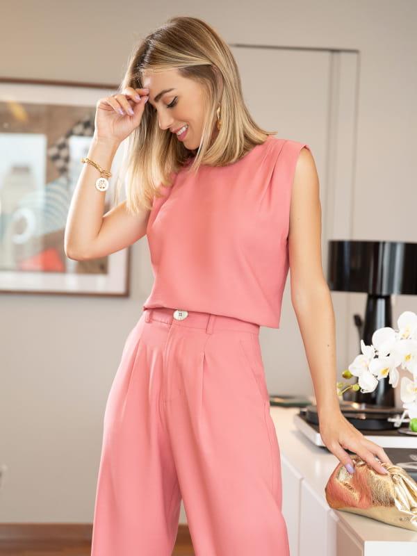 Looks femininos para o verão 2021: modelo usando uma regata de crepe rosê com pregas.