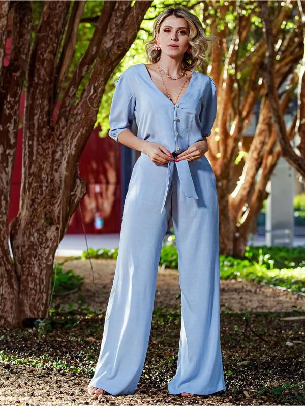 Looks para dias quentes: modelo vestindo uma calça pantalona azul.