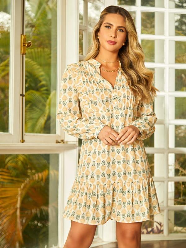 Looks para dias quentes: modelo com um vestido de crepe estampado detalhe lastex.