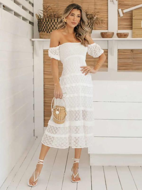 Looks para dias quentes: modelo com um vestido de tricot midi off white.