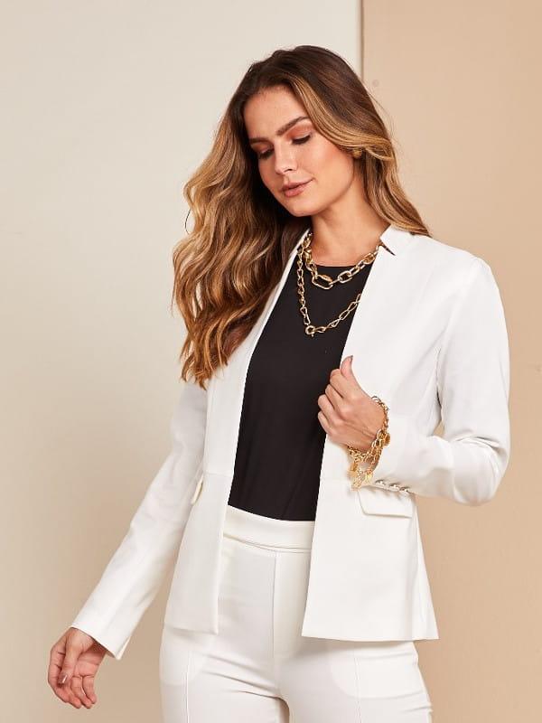 Looks perfeitos para o trabalho: modelo vestindo um blazer branco e blusa preta.