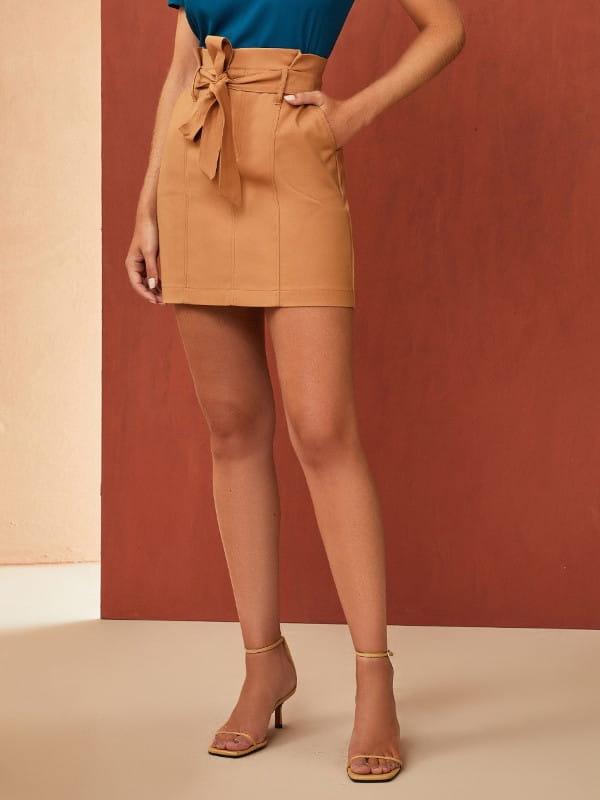 Looks perfeitos para o trabalho: modelo vestindo uma saia bege.