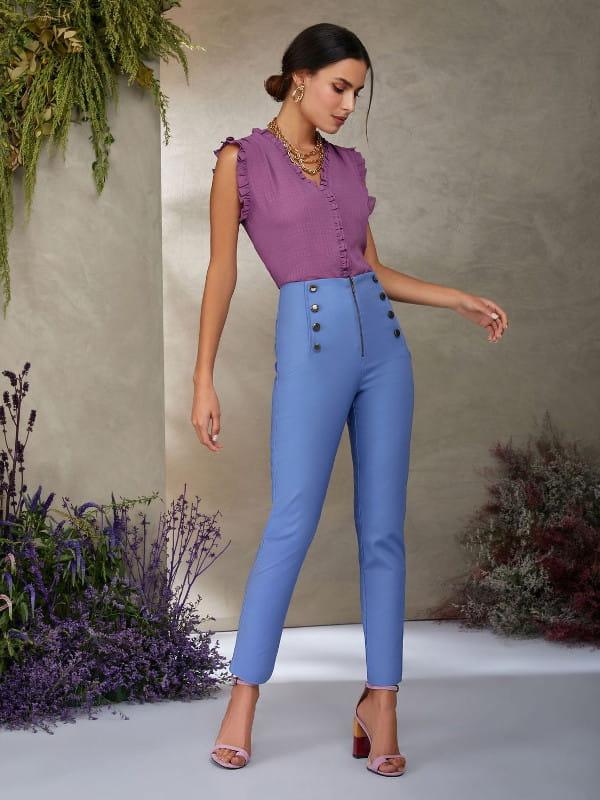 Looks perfeitos para o trabalho: modelo vestindo uma blusa de chiffon e calça skinny.