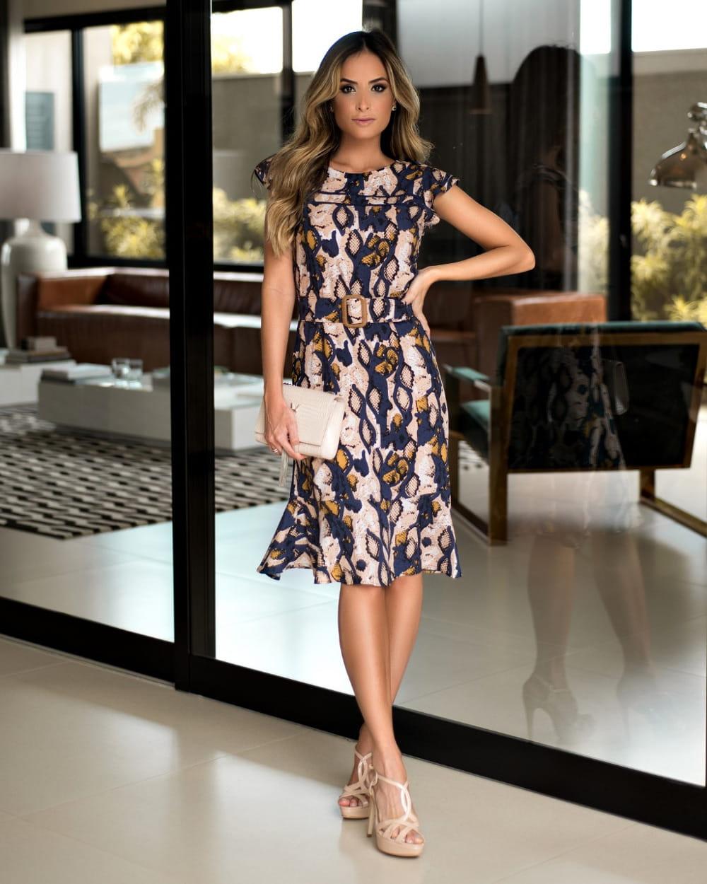 Moda e Conforto: modelo com um vestido slip dress.