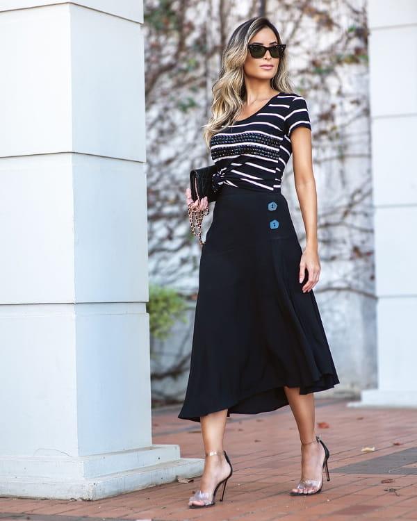 Moda e Conforto: mulher com uma saia confortável.