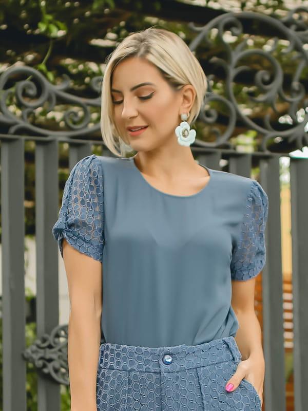 Moda Outono Inverno 2020: modelo vestindo uma blusa de crepe e mangas em renda.